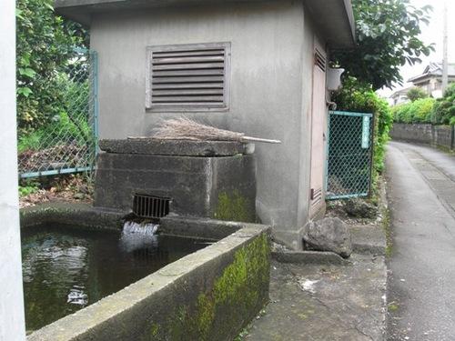 あいさつ通り脇の 富士山の湧水.jpg