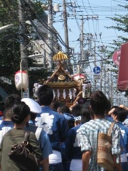 あっちの路地こっちの路地神輿が練歩きます♪.jpg