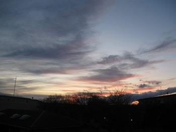 いろいろな雲が夕日に染まっては消え 染まっては消え.jpg