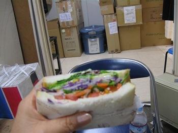 お昼はストックルームでサンドイッチ^。^.jpg