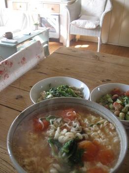 お昼は残り物のサラダと野菜入りラーメン.jpg