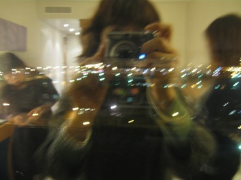 お部屋の窓に映る3人.jpg