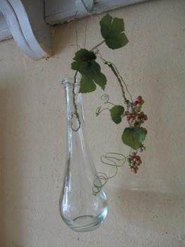 こんなに可愛い瓶には 流れるように フェイクフラワーを生けましょう.jpg