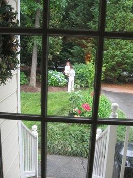 むつこさんと天沼さん 裏庭で花を摘んでいます.jpg