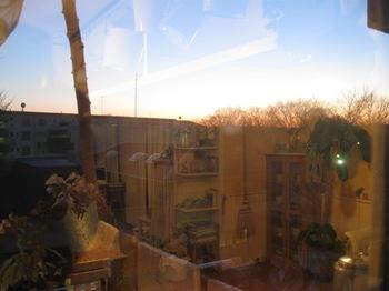 キッチンの窓 外の夕空 部屋の中.jpg