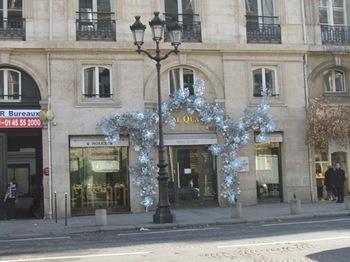 コンコルド広場前2クリスマスの飾りつけは 様々.jpg
