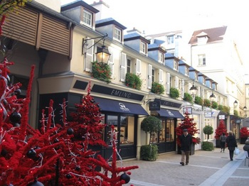 コンコルド広場前4黒と赤のクリスマスツリーが.jpg