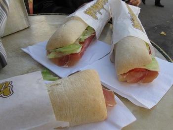 サンドイッチスタンドで イタリアンサンドイッチを注文♪.jpg