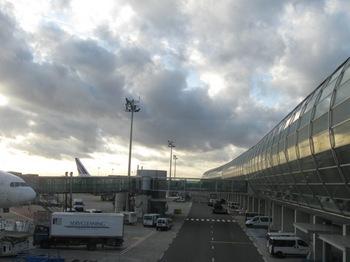シャルルドゴール空港に到着 12時間の旅.jpg