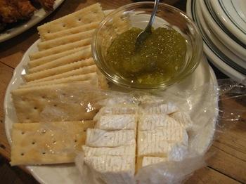チーズとクラッカーは定番 トマトのジャムを添えて.jpg
