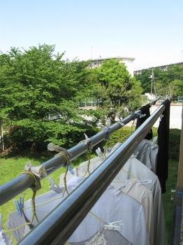 ハンガーの洗濯物は飛ばないように紐で結わいて♪.jpg