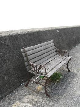 バス停のベンチは 竹と鉄製.jpg