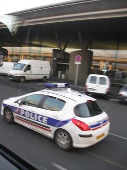パリ市内に向けて出発 ポリスがウインクしてくれました(笑).jpg