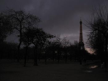 フル―ルドクール16夜になりました近くのエッフェル塔を見に行きます.jpg