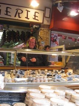 フルール ド クール 1 商店街のチーズ屋さん.jpg