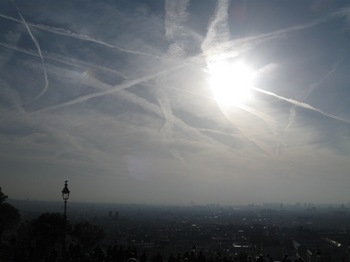 モンマルトルの丘 かつてこんなに綺麗な飛行機雲を見たことがあるだろうか.jpg