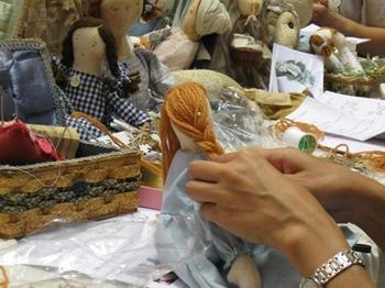 ・・・三つ編みは 下に前にと編むのよ.jpg