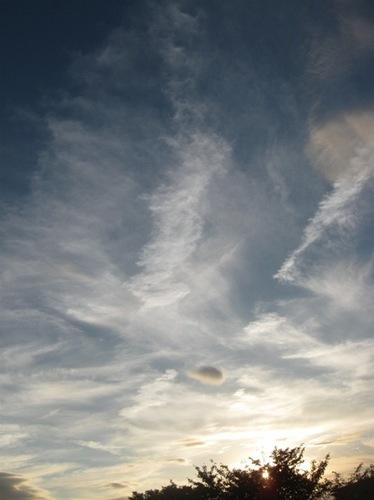 上空は風が強いのか見る見る間に姿を変える雲.jpg