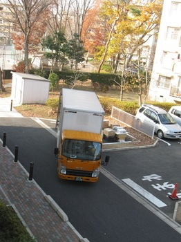 下の駐車場に降ろし終わったときトラックが・・・.jpg
