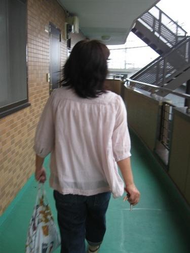 今日のあけみちゃんは薄ピンクのガーゼブラウス これ着やすいんです♪.jpg