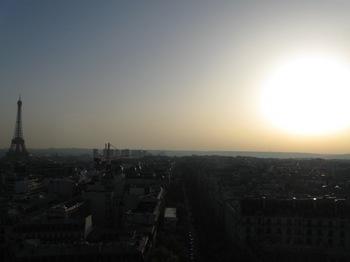 凱旋門屋上から3 左にエッフェル塔を・・・.jpg