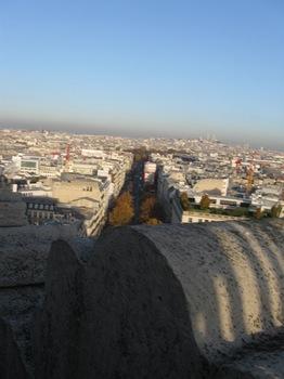 凱旋門屋上から5 と~~くにモンマルトルの丘が.jpg