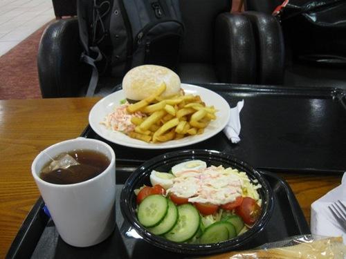 初めての夜はインターでサラダとパンの夕食.jpg