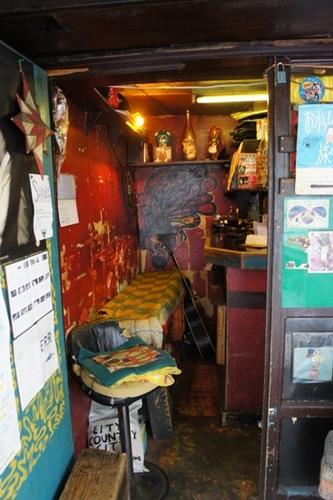 右奥の狭いカウンターの中が厨房です。.jpg