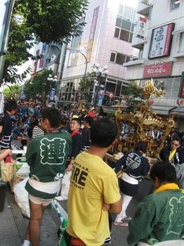吉祥寺駅前バス通りが今日は神輿のラッシュです.jpg