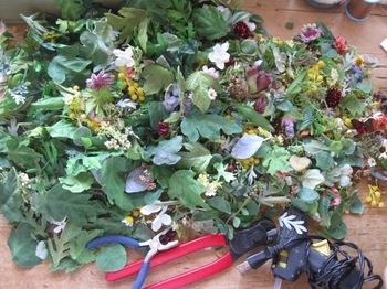 多種類の花 茎から葉と花を切り離すところから始まります。手が痛くなる作業.jpg