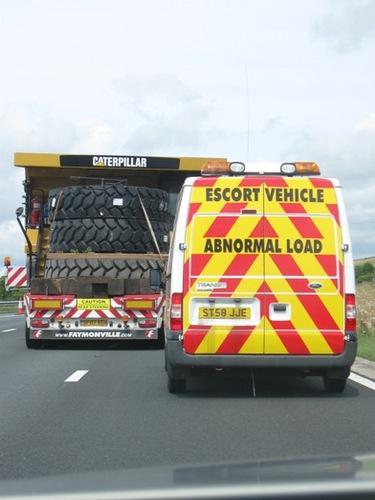 安全のためにサポートカーを従えてのゆっくり走行.jpg