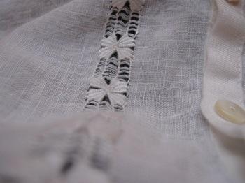 控え目な手刺繍の麻のブラウス.jpg