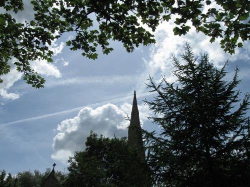 木々の間から教会の塔が見え 空にか飛行機雲のいたずら書き.jpg