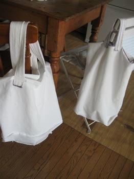 洋服が包まれていた風呂敷を使って袋2つ作りました♪.jpg