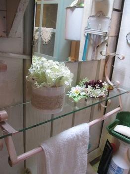 洗面所にはお花で飾った 綿棒 メジャー 手鏡.jpg