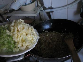 炒め用スパイスと玉ねぎにんにくを飴色に炒め.jpg