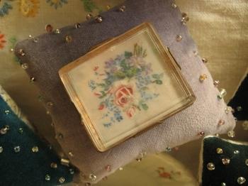 生まれて初めて買ったアンティークのブローチは 夢の藤色に・・・.jpg