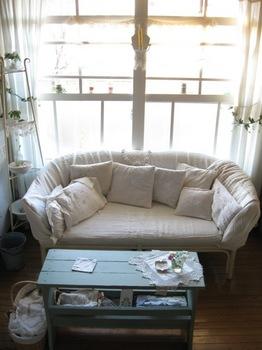 白い大きな布でソファーをくるみました.jpg