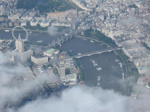 眼下にロンドン橋と観覧車が見えてきました~~~♪.jpg