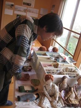 福岡の家具作家&シンガー たー坊 模型の中に自身の時計発見♪.jpg