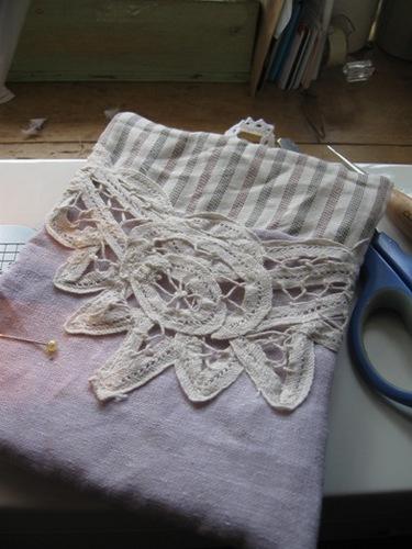 縫い合わせた上布にレースとループを縫いつけ土台布と縫い合わせ表に返す.jpg