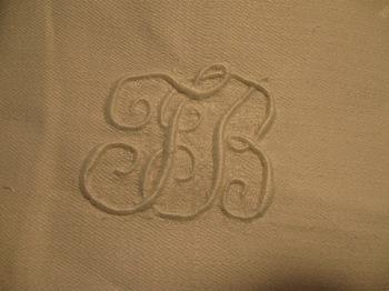 膝に掛けるクロスのイニシャル刺繍.jpg