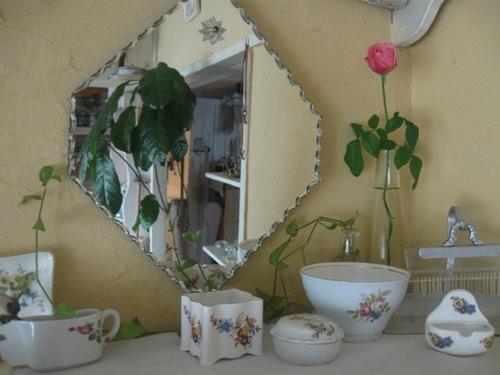 薔薇の器とバラの花と・・・。.jpg