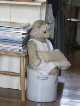 誰か帰ってこないかな~玄関を見ているクマさん♪.jpg