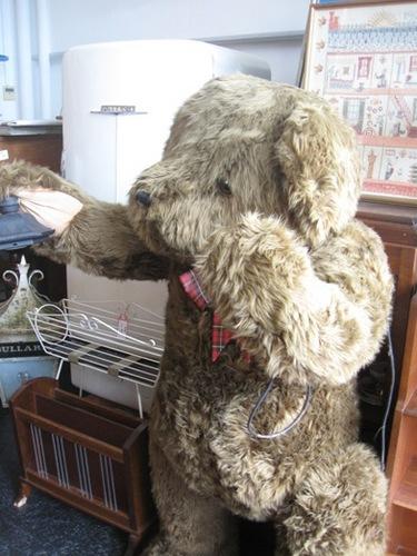 谷津コレクション 背丈ほどのクマさんもイギリスからやってきました♪.jpg