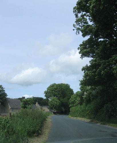 走っていると突然現れる可愛い村の入口.jpg