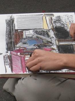 道路に胡坐で絵を描いている.jpg