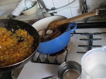 鍋に炒めた野菜とチキン水煮込みスパイスブイヨン中火コトコト.jpg