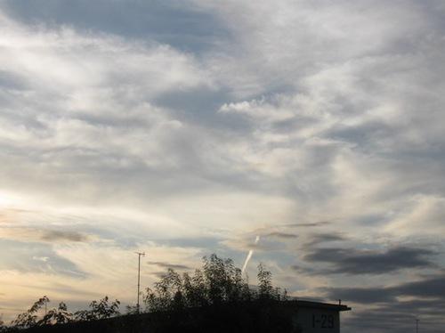 雲の上を飛行機が行く.jpg