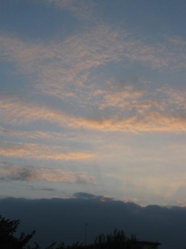 雲の中に隠れた夕日の光線が・・・。.jpg